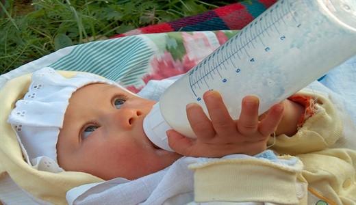 Как правильно кормить из бутылочки