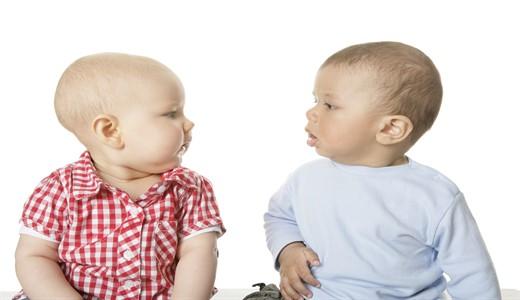 Как держать новорожденного и подмывать