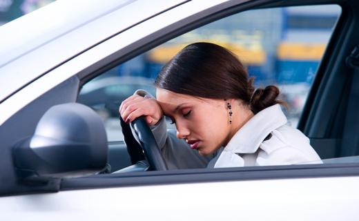 девушка спит в машине