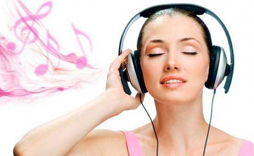 девушка слушает мелодию