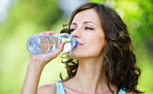 пьет воду