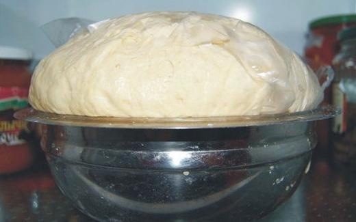 Готовим тесто для дрожжевого пирога с вареньем