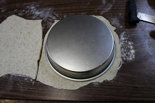 Выкладываем дрожжевое тесто для пирога с вареньем в форму