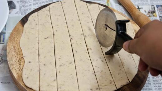 Полоски теста для решетки на пирог с вареньем