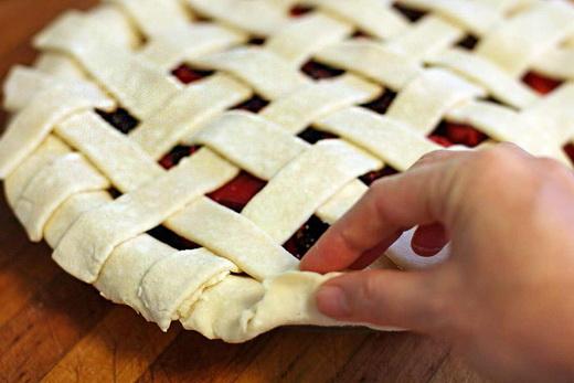 Формируем решетку из дрожжевого теста на пирог с вареньем