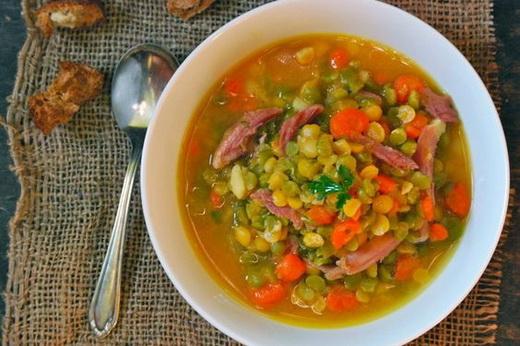 Готовый гороховый суп с ребрышками