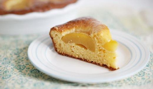 Пирог творожный с консервированными персиками