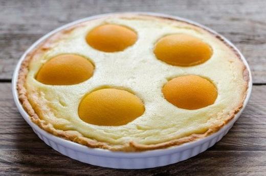 Пирог с творогом и с консервированными персиками