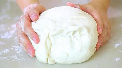 Готовим тесто для пирога с клубничным вареньем