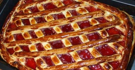 Готовый пирог с малиновым вареньем в духовке