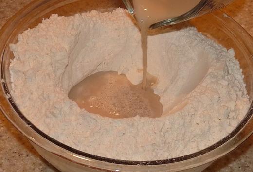 Готовим тесто для дрожжевого пирога с малиновым вареньем