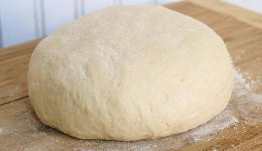 Подошедшее тесто для пирога с малиновым вареньем