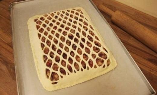 Формируем решеточку из теста для пирога в духовке