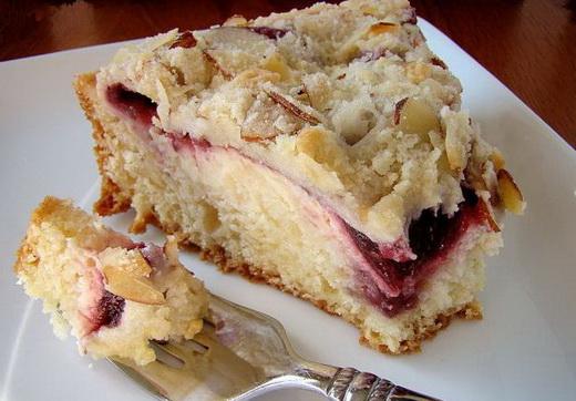 Кусок дрожжевого пирога с малиновым вареньем