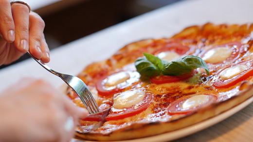 Пицца домашняя с сыром и помидорами