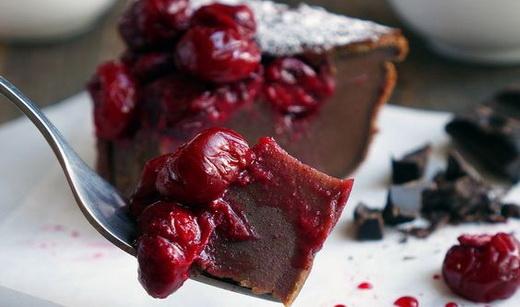 Вишневый шоколадный пирог