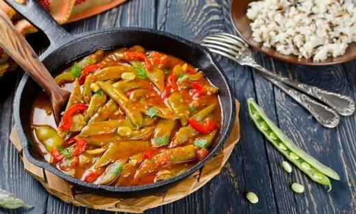 Стручковая фасоль с томатным соусом