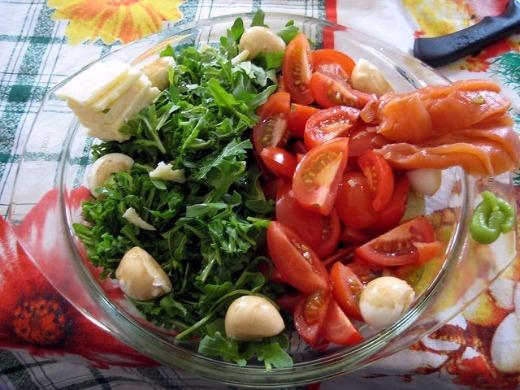 Салат с руколой и черри