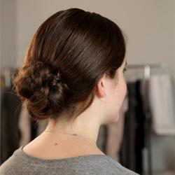 Объемный узел с косой - рузельтат></center> <p>Чтобы ваша прическа выглядела более объемной, косу нужно делать легкую. В данном прическе, предлагаем вам сделать объемный узел с косой.</p> <p>Делать прическу необходимо на чистые, чуть влажные волосы, в таком случае они лучше плетутся. Собираем волосы в хвост, укрепляем невидимой резинкой. Отделяем большую часть волос сверху хвоста, плетем классическую косу. Косу плетем плотную, но уже сплетенные пряди немного вытягиваем с косы, для большего объема. </p> <center><img src=