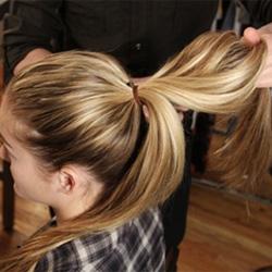 Как заплести косу вокруг пучка - шаг 2
