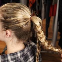 Как заплести косу вокруг пучка - шаг 3