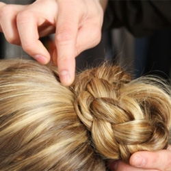 Как заплести косу вокруг пучка - шаг 5