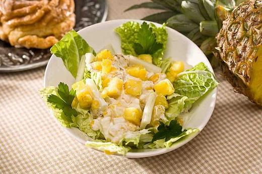 Полезный салат с ананасами