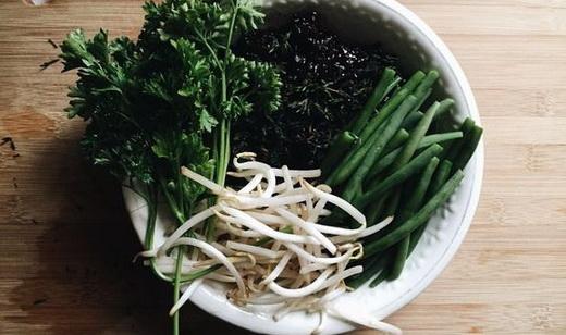 Полезный салат с кинзой